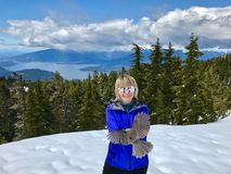 Ο γκρίζος Jay που πετά στη χαμογελώντας γυναίκα στα βουνά Στοκ φωτογραφίες με δικαίωμα ελεύθερης χρήσης