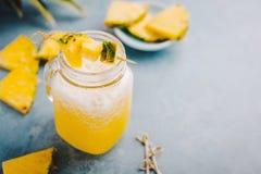 Ο γλυκός ανανάς πίνει το κοκτέιλ στο μπλε Στοκ Φωτογραφία