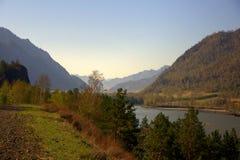 Ο γρήγορος ποταμός Katun φέρνει τα τυρκουάζ νερά του κατά μήκος του ποδιού των βουνών Altai Gorny Altai, Σιβηρία, Ρωσία o στοκ εικόνα με δικαίωμα ελεύθερης χρήσης
