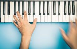 Ο γρήγορος φορέας πληκτρολογίων μουσικής χεριών παίζει στο πληκτρολόγιο Στοκ εικόνα με δικαίωμα ελεύθερης χρήσης