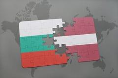 ο γρίφος με τη εθνική σημαία της Βουλγαρίας και η Λετονία σε έναν κόσμο χαρτογραφούν το υπόβαθρο Στοκ Φωτογραφία