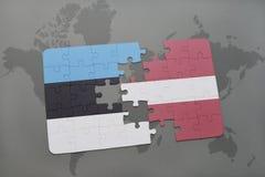 ο γρίφος με τη εθνική σημαία της Εσθονίας και η Λετονία σε έναν κόσμο χαρτογραφούν το υπόβαθρο Στοκ Φωτογραφία
