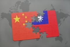 ο γρίφος με τη εθνική σημαία της Κίνας και η Ταϊβάν σε έναν κόσμο χαρτογραφούν το υπόβαθρο Στοκ φωτογραφία με δικαίωμα ελεύθερης χρήσης