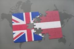 ο γρίφος με τη εθνική σημαία της Μεγάλης Βρετανίας και η Λετονία σε έναν κόσμο χαρτογραφούν το υπόβαθρο Στοκ φωτογραφία με δικαίωμα ελεύθερης χρήσης