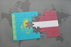 ο γρίφος με τη εθνική σημαία του Καζακστάν και η Λετονία σε έναν κόσμο χαρτογραφούν το υπόβαθρο Στοκ εικόνα με δικαίωμα ελεύθερης χρήσης