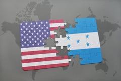 ο γρίφος με τη εθνική σημαία των Ηνωμένων Πολιτειών της Αμερικής και η Ονδούρα σε έναν κόσμο χαρτογραφούν το υπόβαθρο Στοκ Εικόνες