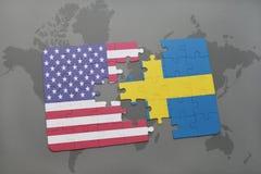 ο γρίφος με τη εθνική σημαία των Ηνωμένων Πολιτειών της Αμερικής και η Σουηδία σε έναν κόσμο χαρτογραφούν το υπόβαθρο Στοκ Εικόνα