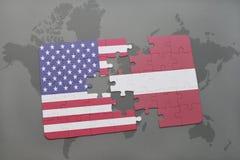 ο γρίφος με τη εθνική σημαία των Ηνωμένων Πολιτειών της Αμερικής και η Λετονία σε έναν κόσμο χαρτογραφούν το υπόβαθρο Στοκ Εικόνες