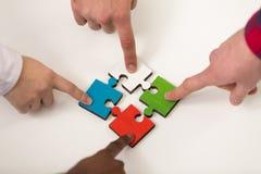 Ο γρίφος τορνευτικών πριονιών συγκέντρωσης ομάδας επιχειρηματιών και αντιπροσωπεύει την υποστήριξη ομάδων Στοκ Εικόνες