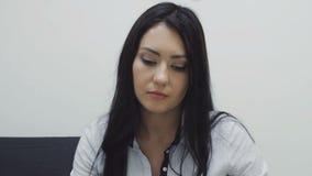 Ο γραμματέας γυναικών Brunette θα αναθεωρήσει τα έγγραφα απόθεμα βίντεο