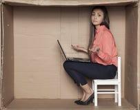 Ο γραμματέας διαδίδει δικών του παραδίδει την ανικανότητα, ένα σπασμένο lap-top στοκ φωτογραφία με δικαίωμα ελεύθερης χρήσης