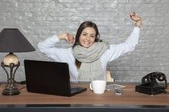Ο γραμματέας προσποιείται να είναι άρρωστος, ένα χαμόγελο στο πρόσωπό της Στοκ Εικόνα
