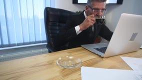 Ο γραμματέας φέρνει τον καφέ για τον παλαιό κύριο εργασιακό χώρο φιλμ μικρού μήκους