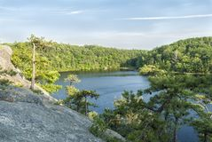 Ο γρανίτης αγνοεί τη μακριά λίμνη Στοκ Εικόνα