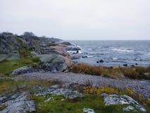 Ο γρανίτης λικνίζει την εν πλω ακτή στο βράδυ Στοκ Φωτογραφία