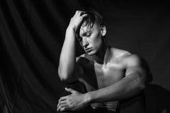 Ο γυμνός προκλητικός αθλητικός τύπος ισιώνει την τρίχα του Στοκ Εικόνα