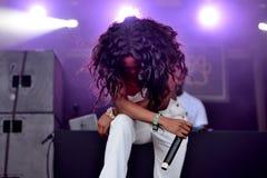 Ο γυναικείοι Leshurr βιαστής, ο τραγουδιστής και ο παραγωγός αποδίδουν στη συναυλία στο φεστιβάλ σόναρ στοκ εικόνα με δικαίωμα ελεύθερης χρήσης