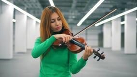 Ο γυναικείος βιολιστής παίζει skillfully το όργανο απόθεμα βίντεο