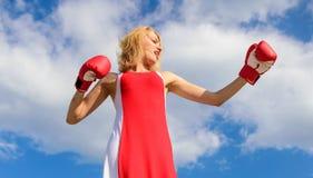 Ο γυναικείος μαχητής υπερασπίζει το σημείο της Ικανοποιημένα ελεύθερα εγκιβωτίζοντας γάντια κοριτσιών Ισορροπία θηλυκότητας και δ στοκ φωτογραφία με δικαίωμα ελεύθερης χρήσης