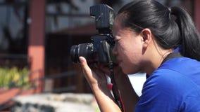 Ο γυναικείος φωτογράφος παίρνει τις φυσικές εικόνες ενός όμορφου τοπίου απόθεμα βίντεο