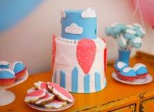 Ο γλυκός πίνακας με το μεγάλο κέικ, cupcakes, κέικ σκάει Στοκ Εικόνες