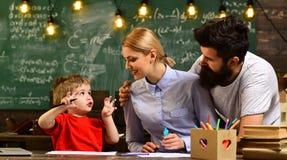 Ο δάσκαλος ή ο δάσκαλος βοηθά το προσχολικό παιδί, άτομο που κοιτάζει στο εκπαιδευτικό μάθημα προσοχής επίδειξης lap-top και άκου Στοκ Εικόνα