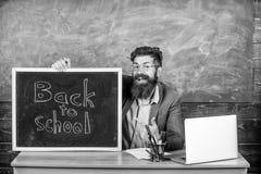 Ο δάσκαλος ή ο διευθυντής σχολείου καλωσορίζει με την επιγραφή πινάκων πίσω στο σχολείο Ευπρόσδεκτη πλάτη Ο δάσκαλος καλωσορίζει  στοκ εικόνες με δικαίωμα ελεύθερης χρήσης