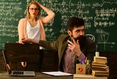 Ο δάσκαλος αρχίζει το μάθημα, οι δάσκαλοι είναι τόσο διαφορετικοί όσο οι σπουδαστές που διδάσκουν, ευτυχής δάσκαλος στην τάξη, κα Στοκ Εικόνες