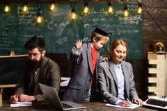 Ο δάσκαλος δημιουργεί την αίσθηση κοινοτικού και να ανήκει στην τάξη πίσω σχολείο Ο δάσκαλος μπορεί να έχει το μόνιμο αντίκτυπο Στοκ φωτογραφία με δικαίωμα ελεύθερης χρήσης