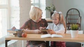 Ο δάσκαλος διδάσκει με την ταμπλέτα απόθεμα βίντεο