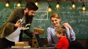 Ο δάσκαλος ενημερώνει τους σπουδαστές ότι μπορούν να εξαρτηθούν όχι μόνο από την, ο δάσκαλος ή ο δάσκαλος βοηθά το προσχολικό παι Στοκ Φωτογραφία