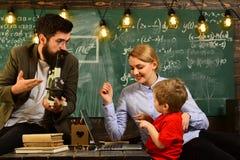 Ο δάσκαλος ενημερώνει τους σπουδαστές ότι μπορούν epend όχι μόνο σε την, ο δάσκαλος ή ο δάσκαλος βοηθά το προσχολικό παιδί, στους Στοκ Φωτογραφία