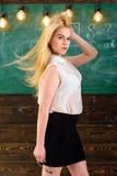Ο δάσκαλος με την κυματίζοντας μακριά ξανθή τρίχα φαίνεται προκλητικός Γυναικείος ακριβής δάσκαλος στις ονειροπόλες στάσεις προσώ Στοκ Εικόνες