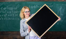Ο δάσκαλος παρουσιάζει σχολικές πληροφορίες Θυμηθείτε αυτές τις πληροφορίες Έξυπνο κενό πινάκων λαβής γυναικών χαμόγελου δασκάλων στοκ εικόνες
