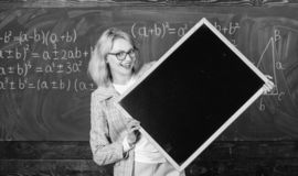 Ο δάσκαλος παρουσιάζει σχολικές πληροφορίες Θυμηθείτε αυτές τις πληροφορίες Έξυπνο κενό πινάκων λαβής γυναικών χαμόγελου δασκάλων στοκ εικόνα