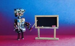 Ο δάσκαλος ρομπότ εξηγεί τη σύγχρονη θεωρία Εσωτερικό τάξεων με τον κενό μαύρο πίνακα κιμωλίας Ρόδινος ιώδης μπλε ζωηρόχρωμος Στοκ φωτογραφία με δικαίωμα ελεύθερης χρήσης
