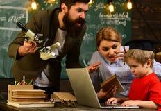 Ο δάσκαλος στα γυαλιά που διαβάζει τις εκθέσεις των ταλαντούχων σπουδαστών που διορθώνουν τα λάθη, δάσκαλος είναι ειδικευμένος ηγ Στοκ Εικόνες