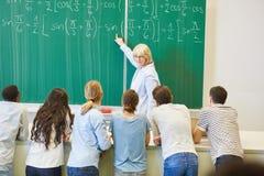 Ο δάσκαλος στην κατηγορία math εξηγεί τον τύπο στοκ εικόνες