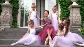 Ο δάσκαλος του μπαλέτου έχει πάρει τις μαθήτριες κάτω από το φτερό Οι προσεκτικές προσοχές δασκάλων για τα ballerinas απόθεμα βίντεο