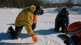 Ο δάσκαλος Snowboarding εξηγεί στους σπουδαστές την τεχνική, επισύροντας την προσοχή τα διαγράμματα στο χιόνι απόθεμα βίντεο