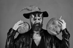 Ο δαίμονας με τα κέρατα και το ακριβές πρόσωπο κρατά τα φανάρια γρύλων ο Στοκ φωτογραφίες με δικαίωμα ελεύθερης χρήσης