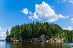 Ο δασικός απότομος βράχος στην όχθη ποταμού στοκ φωτογραφία