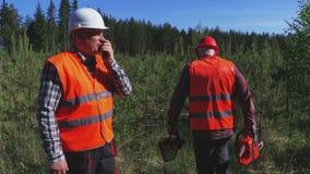 Ο δασικός φύλακας δίνει τις οδηγίες στον έμπορο ξυλείας απόθεμα βίντεο