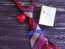 ο δεσμός, καρδιά, έγγραφο κιβωτίων δώρων mustache σχεδιάζει σε ένα ξύλινο αναδρομικό υπόβαθρο Στοκ φωτογραφίες με δικαίωμα ελεύθερης χρήσης