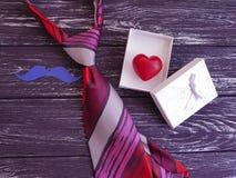 ο δεσμός, καρδιά, διακοπές εγγράφου κιβωτίων δώρων mustache σχεδιάζει σε ένα ξύλινο αναδρομικό υπόβαθρο Στοκ Εικόνες