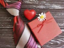 ο δεσμός, καρδιά, κιβώτιο δώρων μαργαριτών λουλουδιών παρουσιάζει σε μια ξύλινη σύνθεση το αναδρομικό υπόβαθρο Στοκ Φωτογραφίες