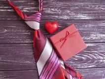 ο δεσμός, καρδιά, κιβώτιο δώρων παρουσιάζει δημιουργικό σε ένα ξύλινο αναδρομικό υπόβαθρο σύνθεσης Στοκ εικόνες με δικαίωμα ελεύθερης χρήσης