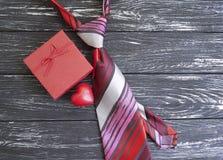 ο δεσμός, καρδιά, κιβώτιο δώρων παρουσιάζει σε μια ξύλινη σύνθεση το αναδρομικό υπόβαθρο Στοκ φωτογραφία με δικαίωμα ελεύθερης χρήσης