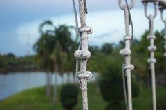 Ο δεσμός μετάλλων συνδέει τη σφεντόνα και δεμένο το σχοινί κόμβο της γέφυρας Στοκ Φωτογραφίες