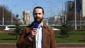 Ο δημοσιογράφος TV υποβάλλει έκθεση από την οδό απόθεμα βίντεο